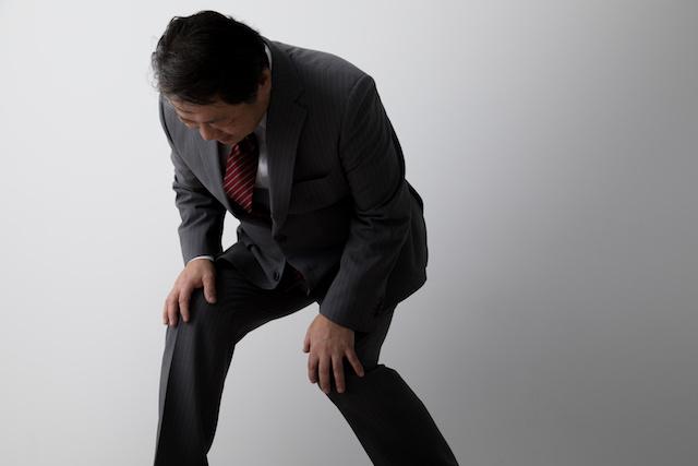 膝が痛いビジネスマン、中年男性